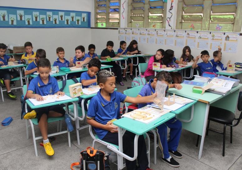 Os alunos do 2º ano do EM foram ao laboratório estudar coeficiente de solubilidade e concentração de soluções.